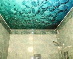 Натяжные потолки в ванной комнате – выгодная инвестиция
