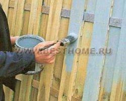 Забор из столбов и панелей