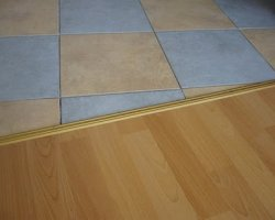 Стык плитки и ламината – правильное оформление для красоты и практичности