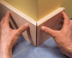Установка деревянного плинтуса своими руками – осваиваем несложную методику