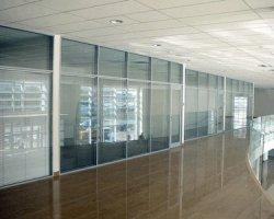 Стеклянные офисные перегородки: простор и уединение
